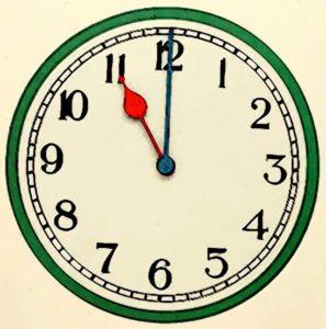 Часы показывают 23.00