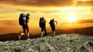 Туристы на фоне заката