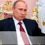 Путин сидит в кресле